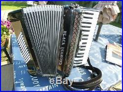 Black Diamond 72 Bass Piano Accordion in Excellent Condition. Hard case & Straps